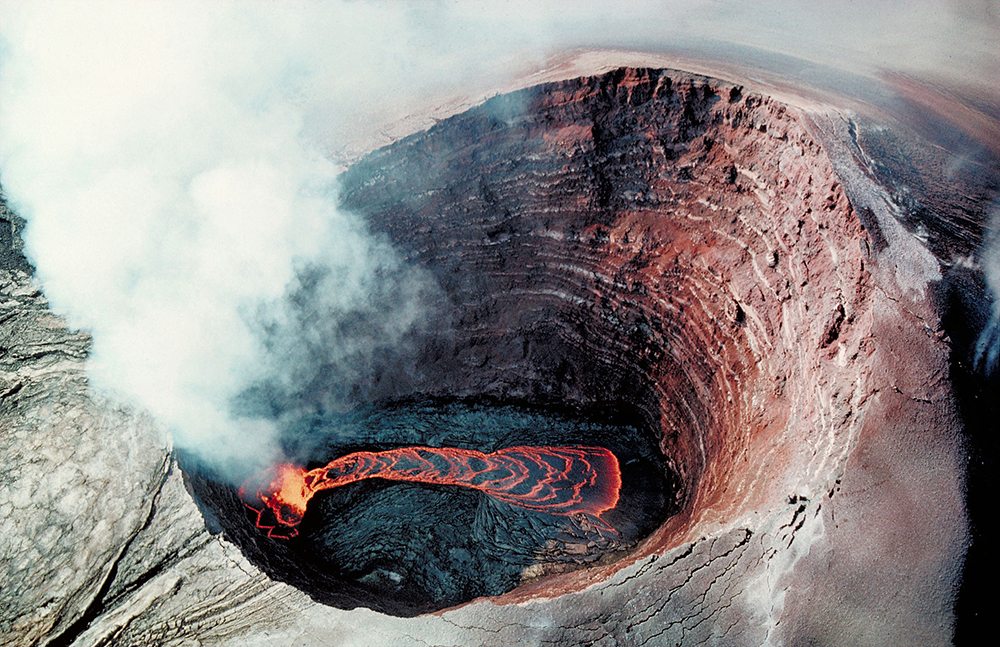 Puu_Oo_-_Crater_Lava_pond_1990